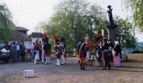 Socha Napoleona a vojsko v dobových kostýmech